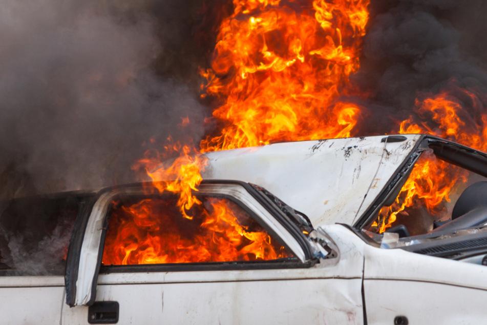 Nach Unfall auf A38: Drei Schwerverletzte, Auto komplett ausgebrannt