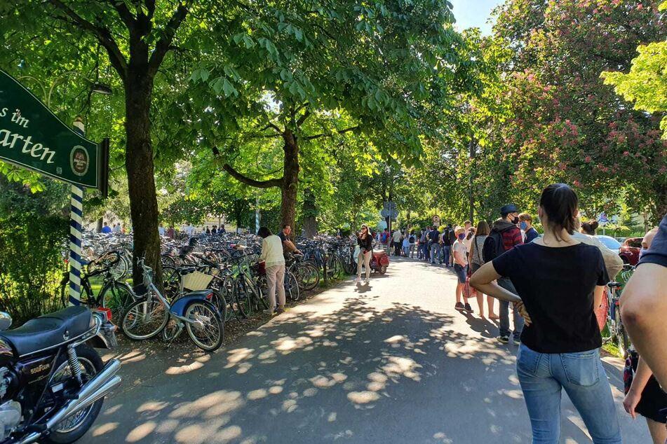 Vor dem bekannten Biergarten am Hirschgarten in München bildete sich eine lange Besucherschlange.