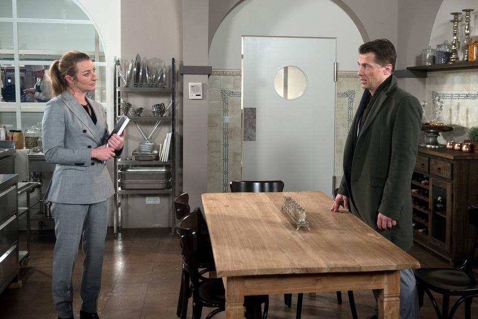 """""""Rote Rosen"""": Gregor weigert sich, Carla ihr geliebtes Restaurant zu überschreiben."""