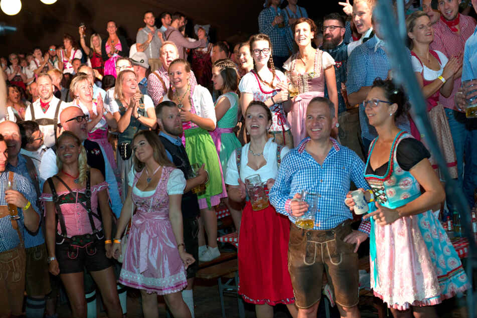 So kennt man die Wooosn: Viele feiernde Menschen - hier 2018 auf dem Hartmannplatz.