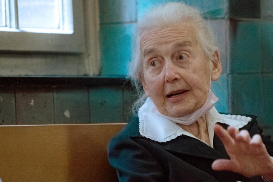 Holocaust-Leugnerin Ursula Haverbeck (92) sitzt auf einer Bank in einem Gerichtsflur.