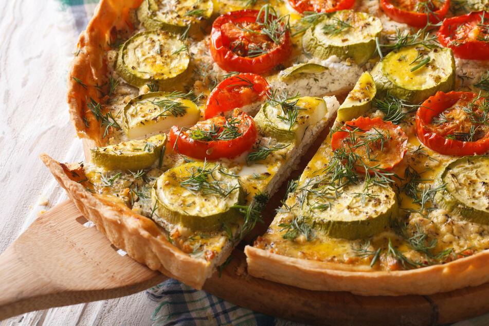 Die Zucchini-Quiche, der herzhafte Kuchen, eignet sich für jeden Anlass als Vor- oder Hauptspeise.