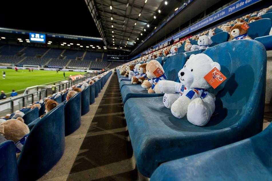 Keine Fans wegen der verschärften Corona-Maßnahmen, aber auf der Tribüne saßen 15.000 Teddybären mit einem Fußballtrikot.