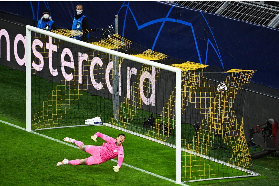 Die BVB-Führung: City-Keeper Ederson war zwar noch mit der linken Hand am Ball, konnte den Schlenzer von Jude Bellingham (nicht im Foto) aber nicht mehr entscheidend ablenken.