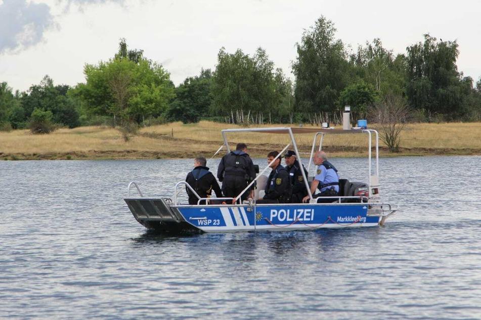 Polizeitaucher suchen auf dem Boot der Wasserschutzpolizei mit einem Sonar den Seegrund ab.