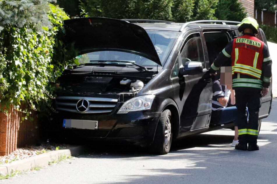Chemnitz: Mercedes kommt von Straße ab und kracht in Mauer