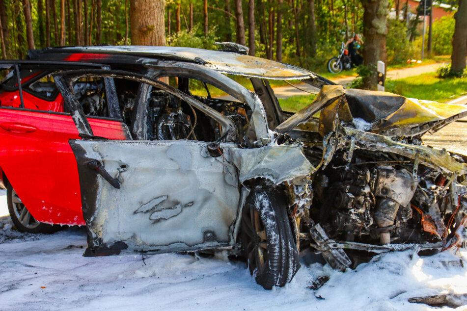 Der Wagen fing durch den Unfall Feuer.