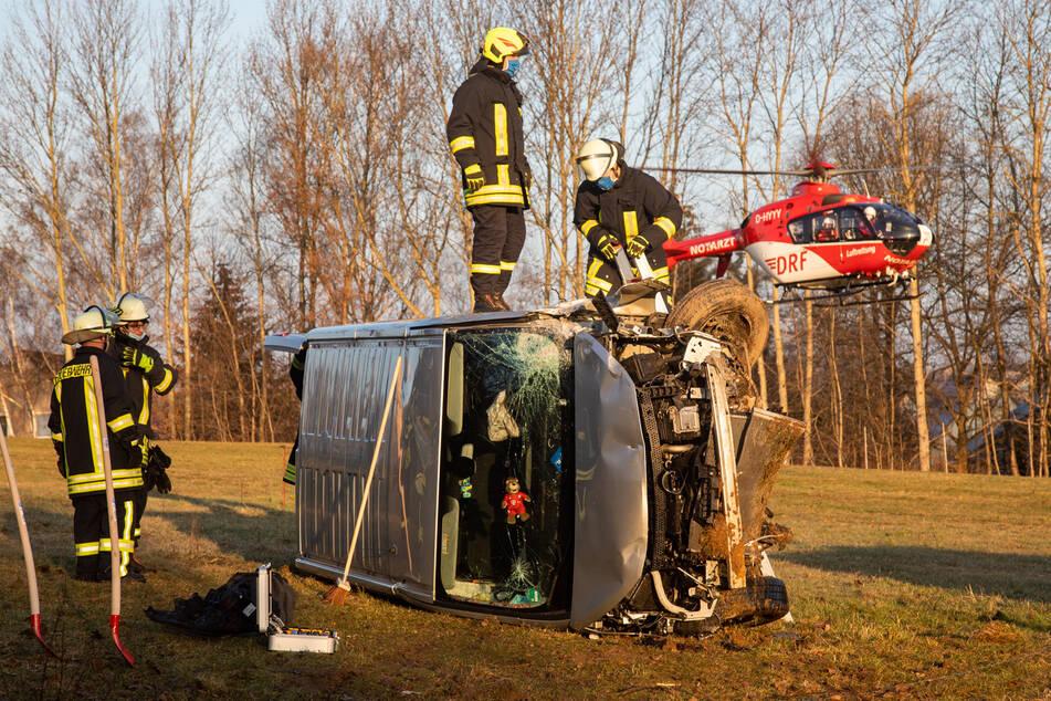 Mit einem Rettungshubschrauber wurde der schwer verletzte Fahrer ins Krankenhaus gebracht.