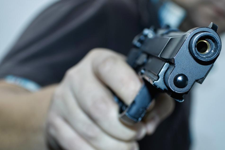 Kinder mit Schusswaffe bedroht: Fahndung nach Raubüberfall in Kassel