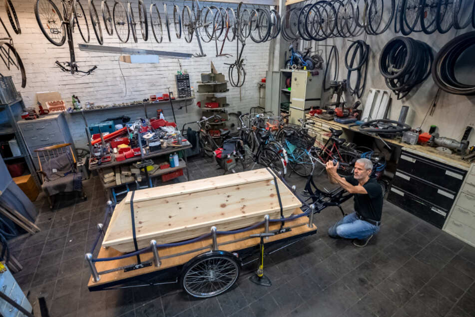In seiner Werkstatt arbeitet Michael Olsen am Bestattungsfahrrad.