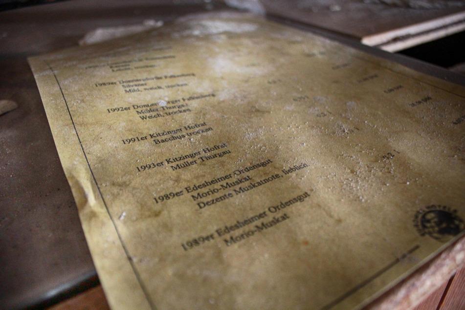 Eine alte Speisekarte zeigt die edlen Tropfen, die die Hotelgäste damals bestellen konnten. Für eine Weinflasche (0,75 Liter) legte man nicht selten 24 DM auf den Tisch.