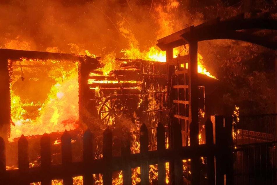 In Oelsnitz brannten in der Nacht eine Gartenlaube und ein Geräteschuppen komplett nieder. Die Polizei ermittelt nun zur Brandursache.