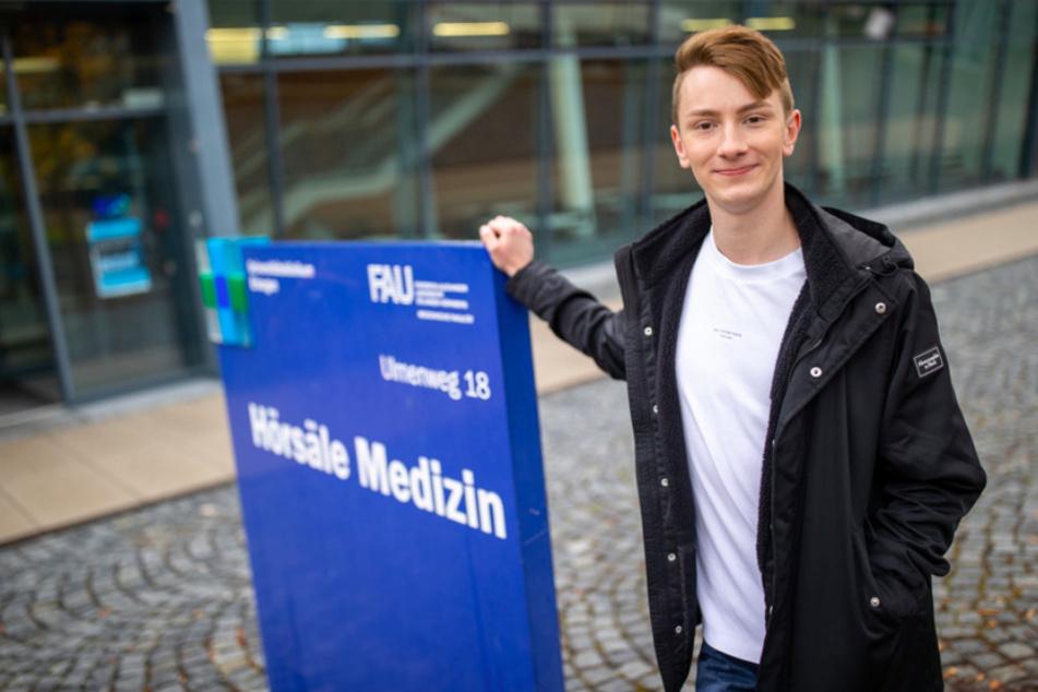 Tommy Blumenthal (22) , Landarztquoten-Medizinstudierender, steht vor dem Hörsaalgebäude für Medizin der Universität Erlangen-Nürnberg auf dem Klinikumsgelände.