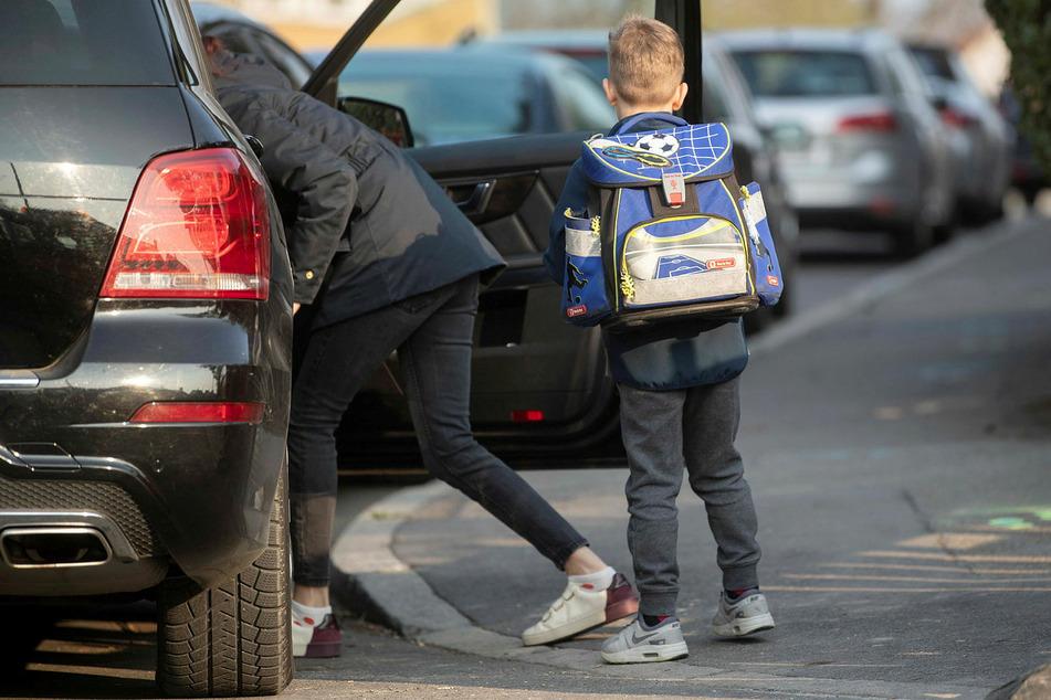 Wer sein Kind auf dem Weg zur Arbeit an der Schule absetzt, ist versichert.