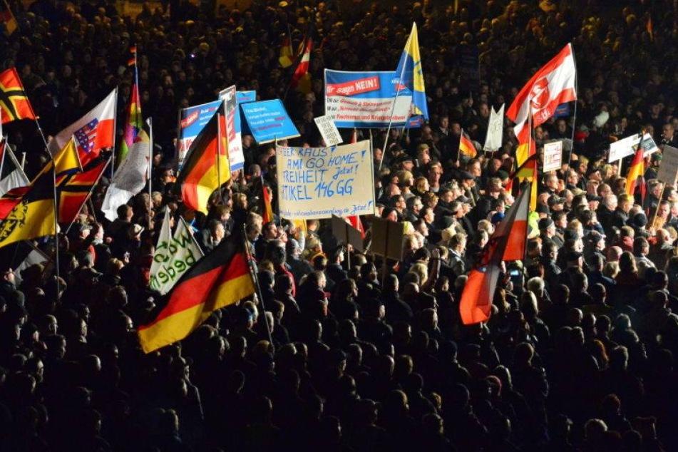 Pause beendet: AfD und PEGIDA demonstrieren am Dom