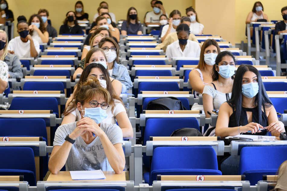 Studentinnen und Studenten tragen Mund-Nasen-Schutz während einer Vorlesung. Das wird auch nach der Sommerpause zum Alltag gehören.