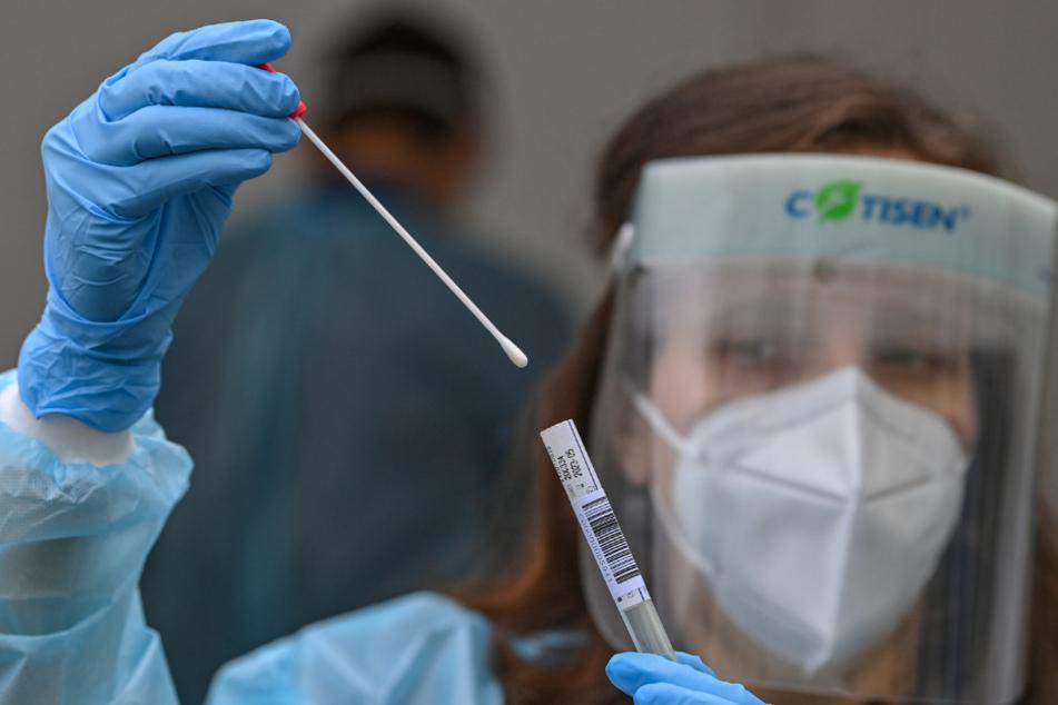 """""""PCR-Tests bleiben der Goldstandard"""": Abstrich zum Test auf das Coronavirus - Grundlage zur Auswertung gleichsam für PCR- oder Antigen-Schnelltests."""