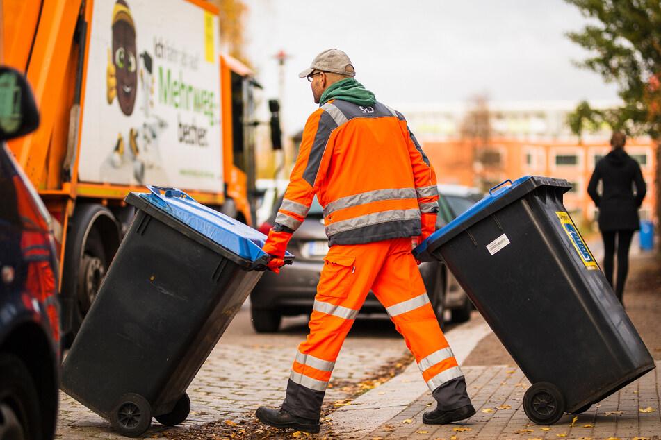 Über hundert Mitarbeiter der Stadtreinigung kümmern sich um Blaue Tonnen und Altpapiercontainer. Ein großes Ärgernis sind auch Einweg-To-go-Verpackungen.