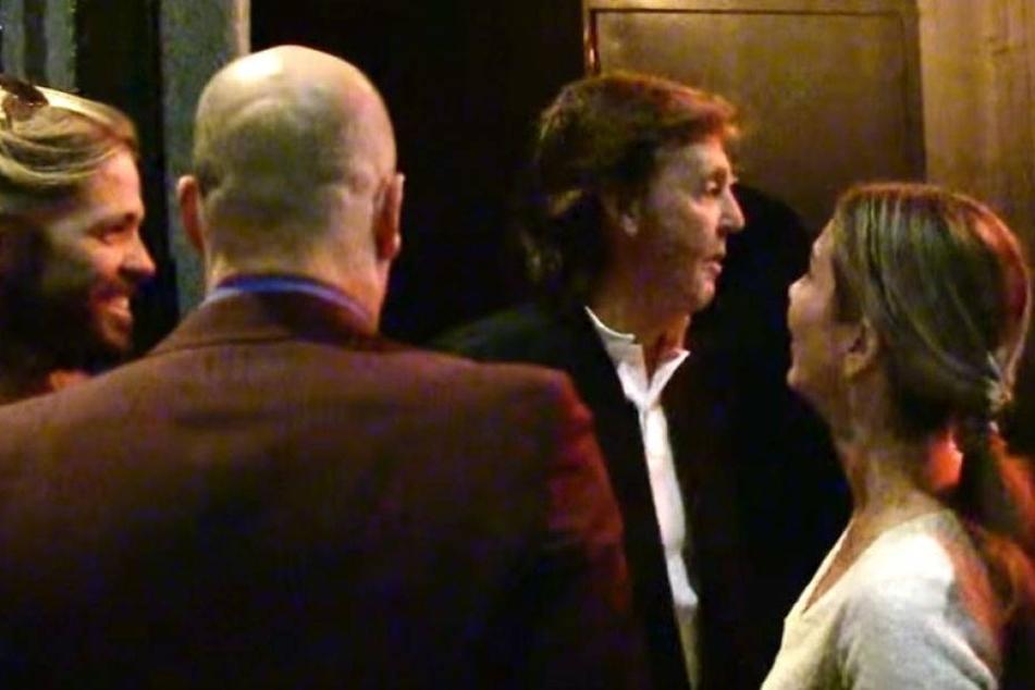 Wird Paul McCartney hier vom Türsteher nicht in die Disko gelassen?