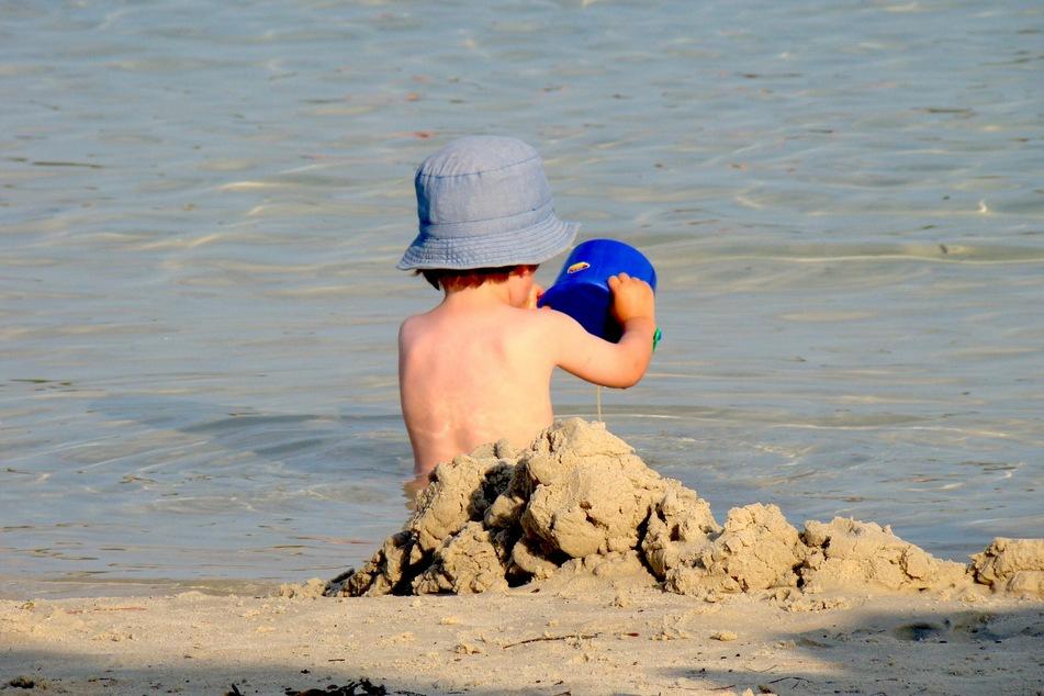 So ungeschützt vor der Sonne sollten sich Kinder maximal in den frühen Morgen- oder späten Abendstunden im Freien aufhalten.