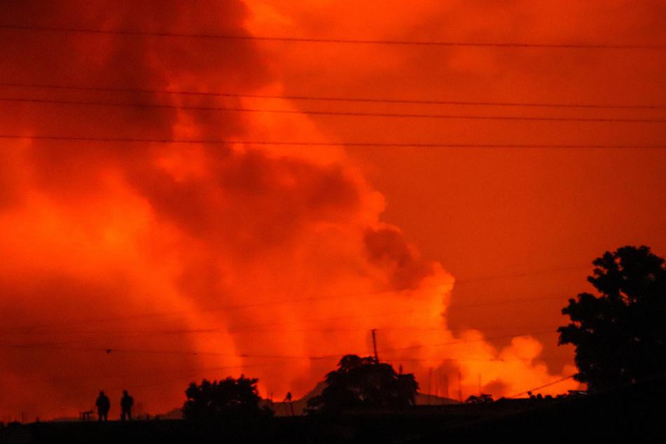 Vulkan bricht aus: Menschen verlassen panisch ihre Häuser