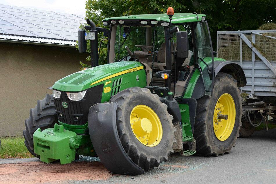Nicht nur das Auto, auch der Traktor ist sichtlich gezeichnet vom Crash.