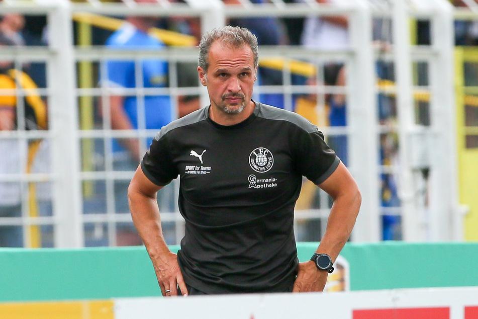 Das kann Lok-Leipzig-Coach Almedin Civa (49) nicht gefallen: Das Spiel seiner Mannschaft gegen VfB Auerbach muss erneut verschoben werden.