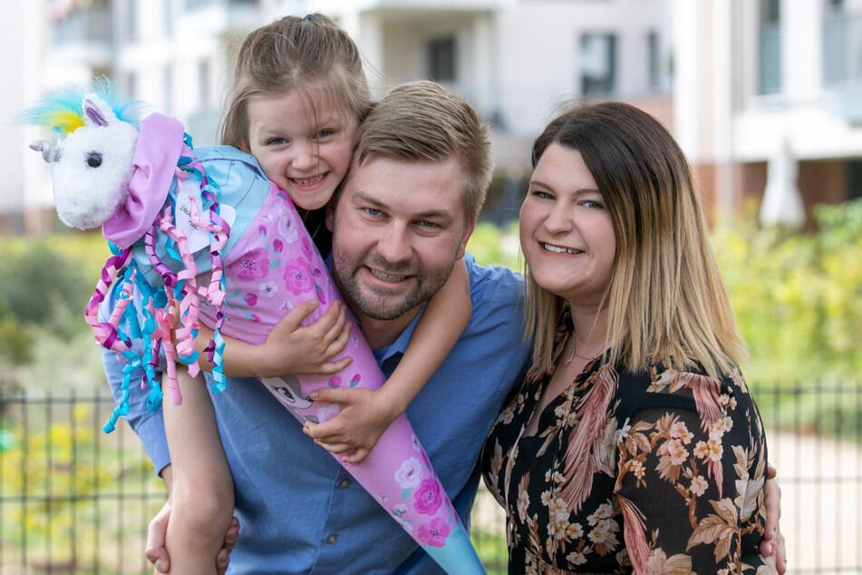 Trotz Einschränkungen konnten Isabella (6), Christoph Scholz (31) und Stefanie Stange (27) die Einschulung gebührend feiern.