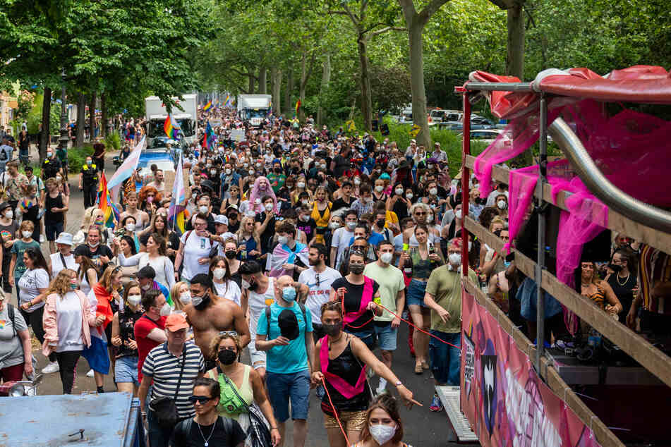 Zum Christopher Street Day demonstrierten Tausende Teilnehmer in Berlin.