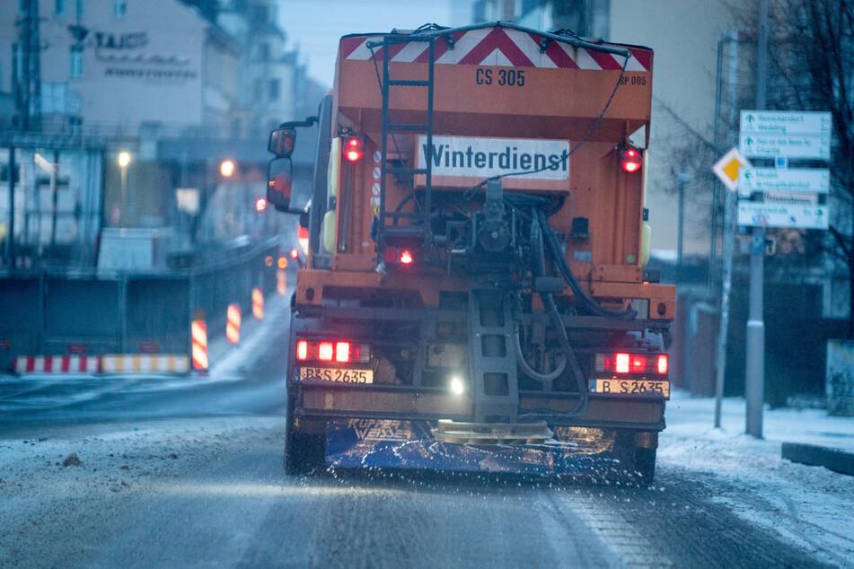 Ein Streufahrzeug des Winterdienstes fährt am Morgen bei eisigen Temperaturen durch Berlin-Mitte.