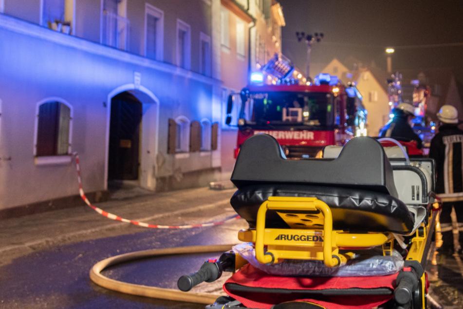 Feuerwehr im Großeinsatz: Fünf Verletzte bei Brand in einem Mehrfamilienhaus