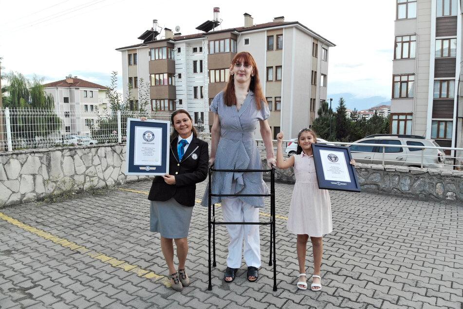 Rumeysa Gelgi (Mitte) ist mit 215,16 Zentimetern die größte Frau der Welt.