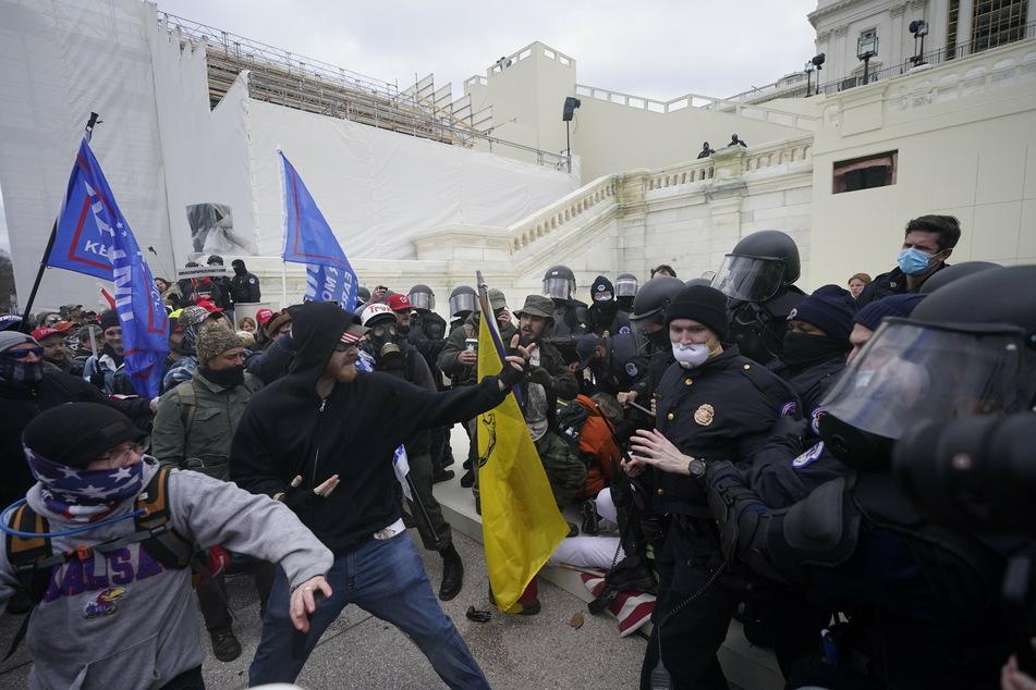 Unterstützer des US-Präsidenten Trump (74) versuchen, eine Absperrung vor dem Kapitol in Washington zu durchbrechen.