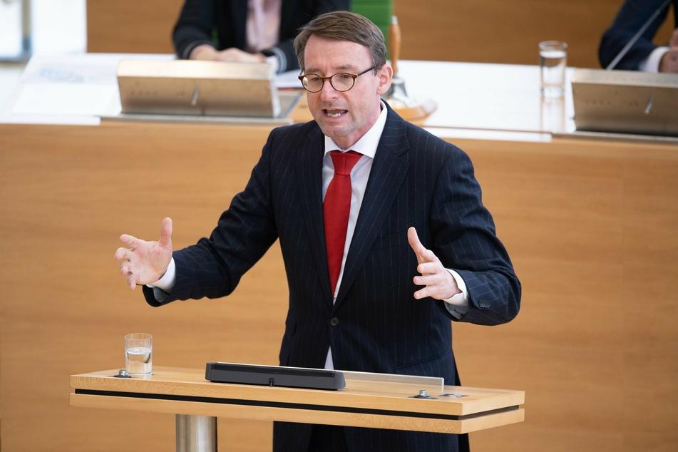 Sachsens Innenminister Roland Wöller zeigt sich angesichts der Proteste gegen die Corona-Schutzmaßnahmen beunruhigt.