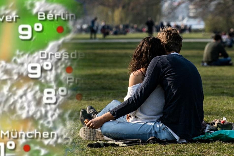 Ein Pärchen genießt das schöne Wetter im Treptower Park.