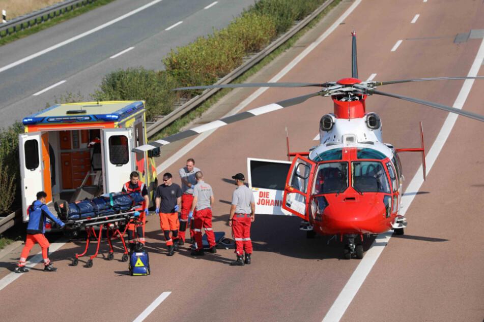 Ein Verletzter wird per Hubschrauber ins Krankenhaus gebracht.