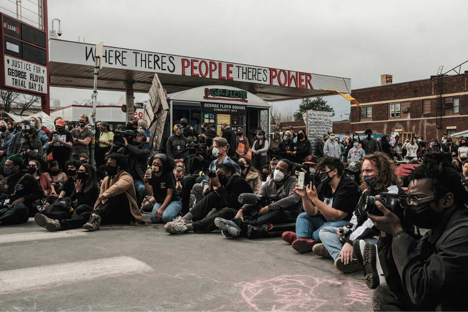 Menschen versammeln sich auf dem George Floyd Plaza im Stadtteil Powderhorn Park in Minneapolis im US-Bundesstaat Minnesota, um den Familien von Opfern von Polizeigewalt zuzuhören.