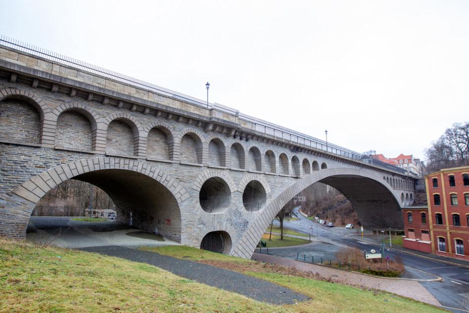 In Plauen wurde am Freitagmorgen eine Frau auf der Friedensbrücke von einem Mann mit einem Messer verletzt.