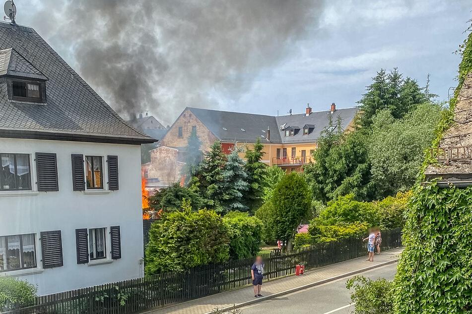 In einem Garten eines Mehrfamilienhauses in Limbach (Vogtland) ging am Sonntagvormittag ein Kinderspielhaus in Flammen auf.