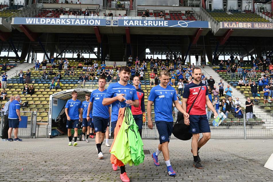 Die Mannschaft läuft in das Stadion ein.