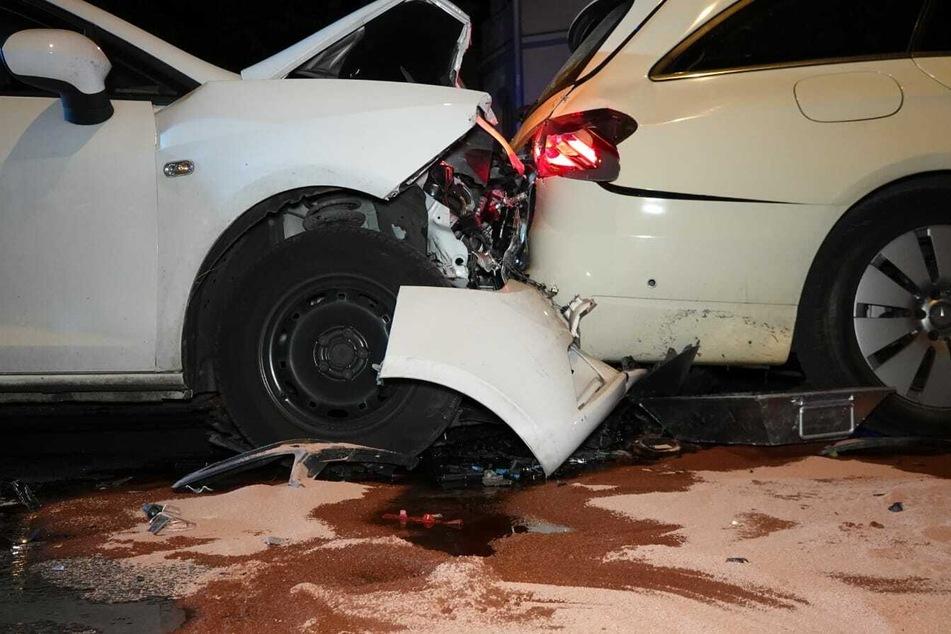 Frau fährt zwei Autos bei roter Ampel auf: 52-Jähriger schwer verletzt