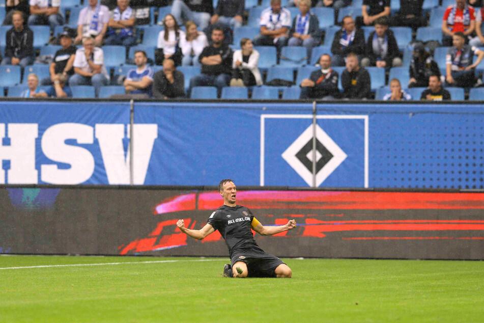 Welch ein Jubel! Tim Knipping ballte nach seinem Kopfballtreffer die Fäuste und rutschte auf Knien durchs Hamburger Volksparkstadion.