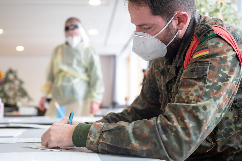 Soldatinnen und Soldaten der Bundeswehr helfen bei Corona-Schnelltests in Alten- und Pflegeheimen.