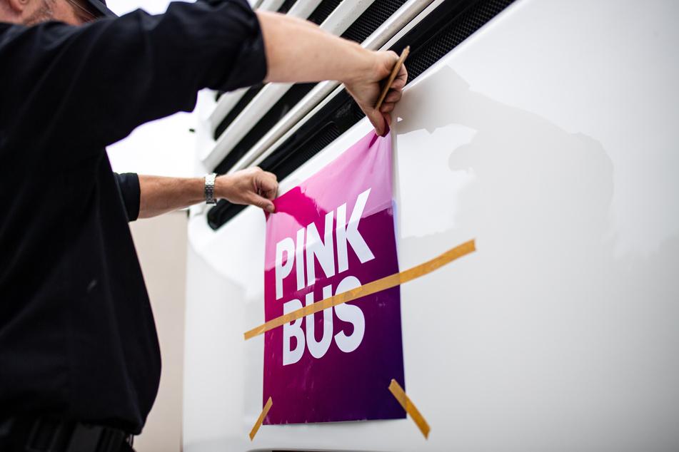 Pinkbus und die Telekom einigten sich auf einen Vergleich: die neue Farbschattierung hat einen pink-lilafarbenen Verlauf.