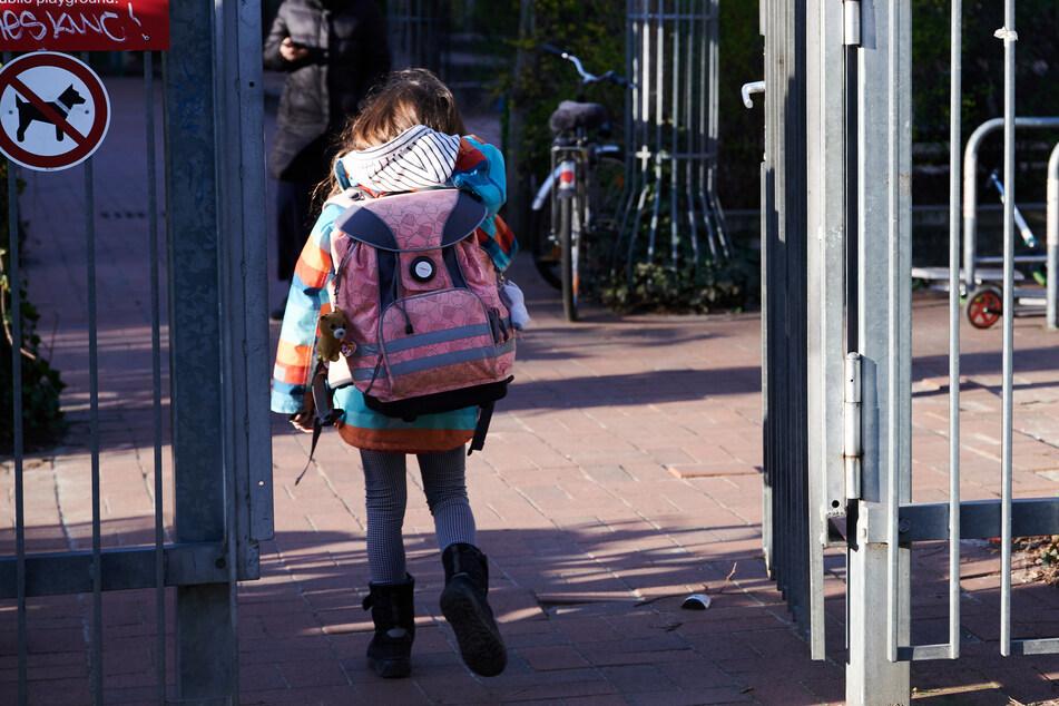 Versetzte Schulzeiten zur Entzerrung des Schülerverkehrs und damit zur Senkung der Infektionsgefahr beurteilt der Deutsche Lehrerverband skeptisch.