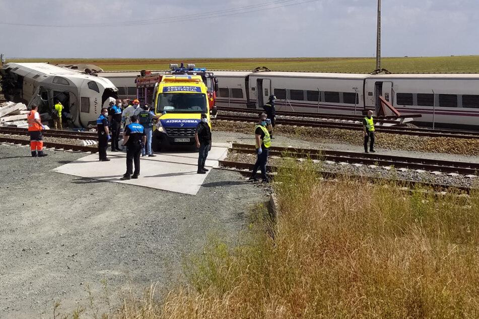 Mitarbeiter des Zivilschutzes und der Feuerwehr sind nach der Entgleisung eines Zuges, der Richtung Madrid fuhr, im Einsatz.