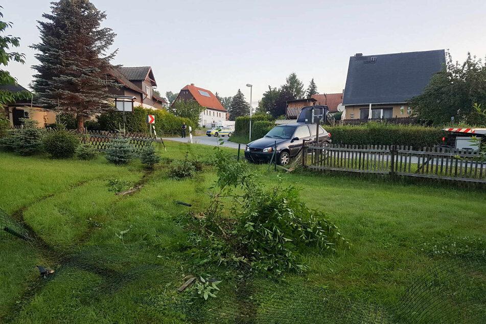 Nachdem der Ford von der Straße gekommen war, verwüstete er gleich zwei Grundstücke.