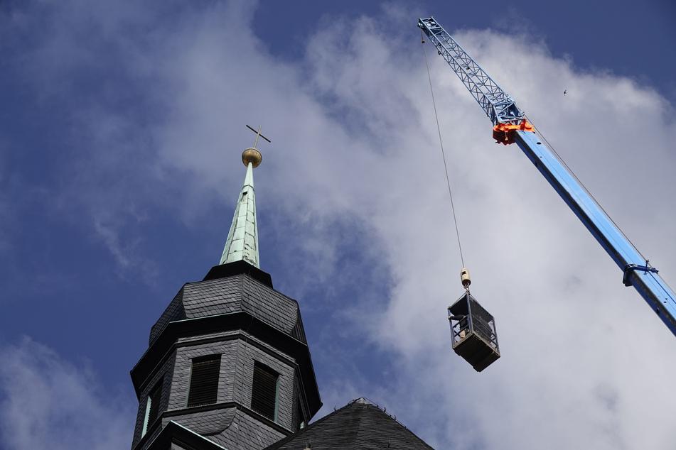 Kreuz und Kugel hingen windschief auf der Kirchturmspitze der Stadtkirche St.-Jakobi.