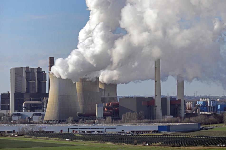 Nordrhein-Westfalen, Eschweiler: Aus dem RWE-Kraftwerk Weisweiler steigt Dampf und Rauch.