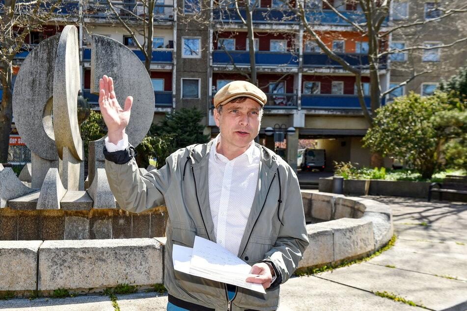 Der Stadtrat und Landtagsabgeordnete Thomas Löser (49, Grüne) setzt sich für die Sanierung des stillgelegten Brunnens auf dem Neustädter Markt ein.